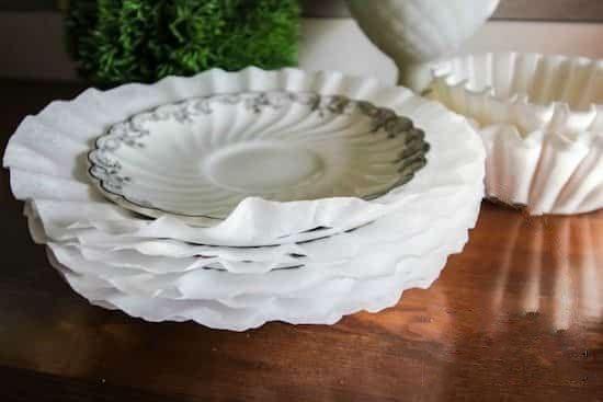 mettre filtre à café entre assiette en porcelaine