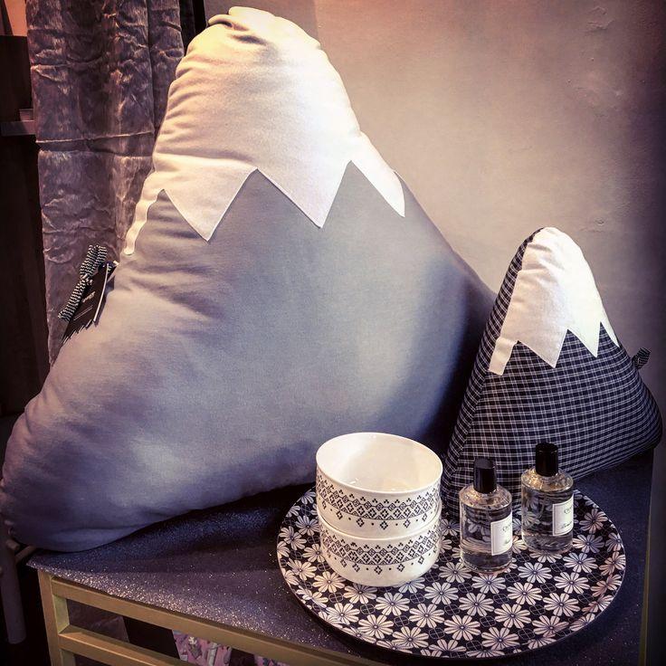 #black  #addicted !...Showcase Now!  #cushion #mountains #paparajote #pouf #pottery #potterystudio #mrmrsclynk #server #prints #blackandwhite #colorfulhome #instadaily #igertorino #shopping #christmasshopping #christmastime #lastweek #chabaud #homefragrance #turin