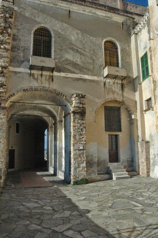 """Imperia, Porto Maurizio, centro storico del """"Parasio"""", Logge di Santa Chiara, part."""
