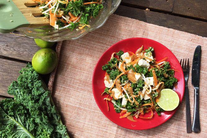 Salada #Tailandesa De Gergelim, Tofu, Couve E Cenoura Com Molho De Amendoim #vegan #semglúten