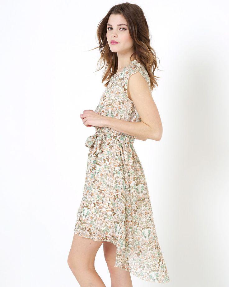 Ärmlös klänning från Molly Bracken i asymmetrisk modell med fjärilsmönster som är längre bak än fram. V-ringning, rynkning och liten volang på axeln, knytskärp i midjan i samma tyg och rundad våd bak. 75% polyester, 25% siden. Foder i 100% polyester.
