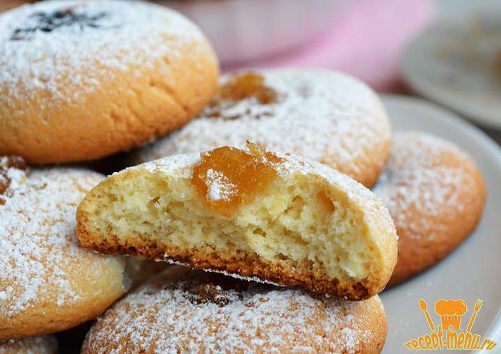Такое песочное печенье можно приготовить на скорую руку, рецепт простой. А небольшое количество варенья, джема или повидла всегда найдется дома.