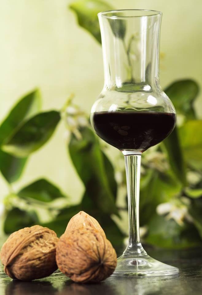 Ingredienti: alcool noci cannella chiodi di garofano zucchero Procedimento: Lasciate macerare per un mese 20 noci intere e schiacciate in 2 litri d'alcool