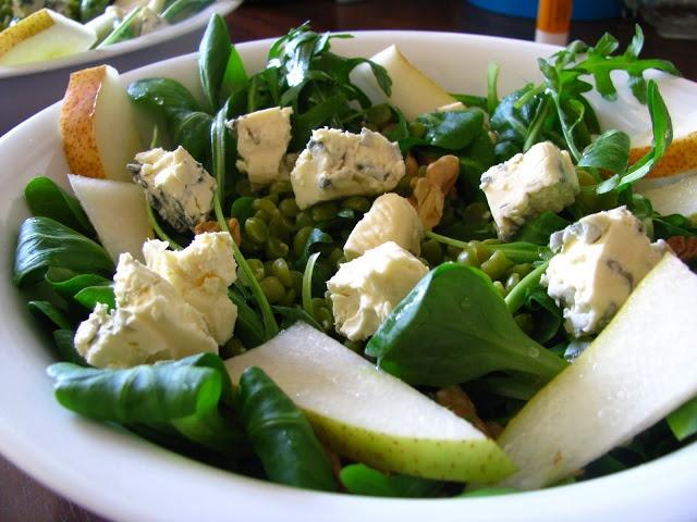 Vogerlsalat mit grünen Spalterbsen, Birnen, Gorgonzola und Walnüssen mit einem Dressing aus Birnenessig, ganz wenig Senf und Mohnöl