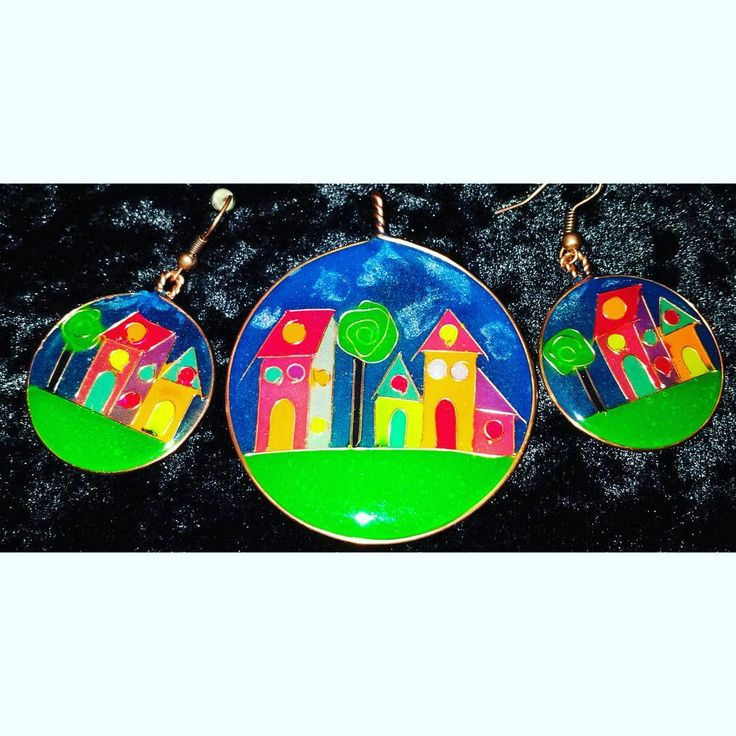 Epoxy resin jewelry set with copper wire. Unique, colorful, my own expression of naive art. #jewelry #smykker #pendant #anheng #earrings #ørepynt #øredobber #resin #harpiks #glowinthedark #pigment #kobbertråd #copper #wire #naiveart #handmade #håndlaget
