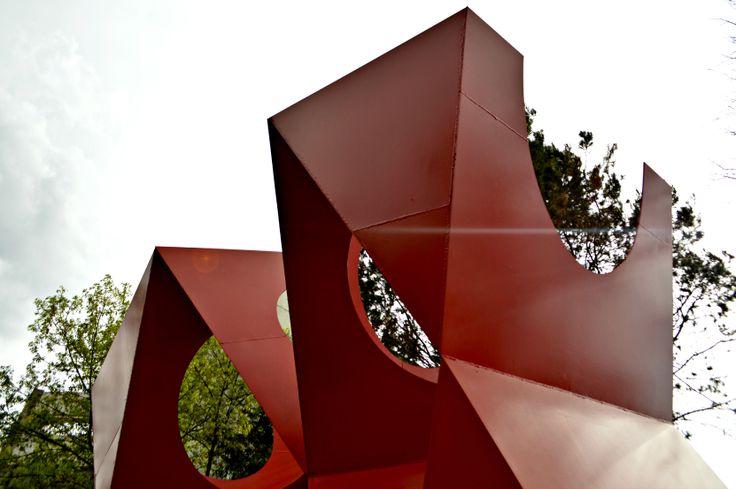 Tláloc, 1980.  Se encuentra frente a la Biblioteca Nacional de la UNAM, si caminas alrededor notarás formas cambiantes y puede que te encuentres una sorpresa si estás en el punto correcto.  Conoce más sobre los espacios de la UNAM en www.cultra.unam.mx   #Cultura #UNAM #Arte Fotografía: Deni García