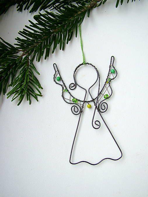 anjelik je vyrobený z čierneho drôtu (môžem vyrobiť aj zo strieborného ) doplnený zelenými korálikmi, dá sa zavesiť........