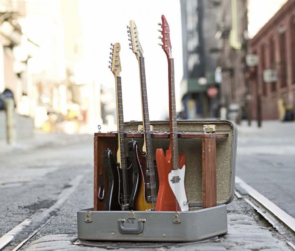 DIY vintage suitcase guitar stand.: Guitarstand, Suitcases Guitar, Vintage Suitcases, Guitar Storage Ideas, Old Suitcases, Diy Suitca, Repurpo Vintage, Guitar Stands, Suitca Guitar
