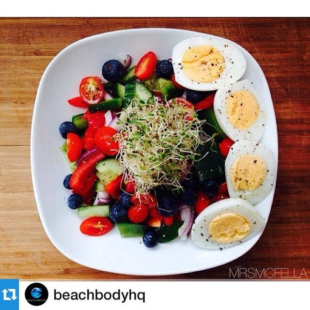 Ingredients: cucumber, red and green pepper, cherry tomatoes, red onion, blueberries, alfalfa sprouts and 2 hard boiled eggs without dressing.