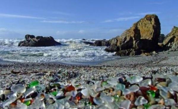 Curiozitati din lume –  Ştiaţi că în California există o plaja de sticla?      De obicei gunoaiele aruncate de oameni in sanul naturii au un impact negativ asupra acesteia. Privind urmatoarele imagini insa veti constata cu surprindere ca exista si exceptii :)  Valurile oceanului si-au facut treaba, macinand sticla si transformand-o in cristale mici si netede care acopera astazi intreaga zona…