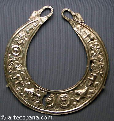 Las fíbulas eran piezas de metal que servían para unir y sostener partes del ropaje, (cumpliendo la función de los modernos imperdibles). Los torques eran adornos rígidos para el cuello, a modo de collares, usados como símbolo distintivo por las altas jerarquías de las tribus. Collar celta
