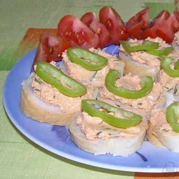 Tvarohová pomazánka budapešťského typu - Výborná domácí pomazánka z tvarohu zjemněného margarínem a okořeněného mletou paprikou, cibulí a česnekem