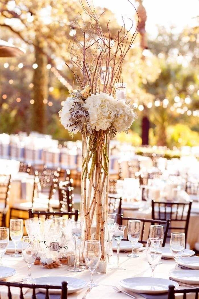 Hochzeit im Freien weiß-Beige Deko aus Zweigen und weißen Hortensien