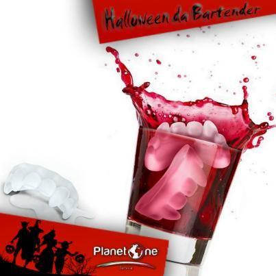 HALLOWEEN DA BARTENDER Sorriso agghiacciante? Più che altro mandibola da brivido! Stupisci i tuoi clienti al banco bar arricchendo ogni cocktail con questi ghiaccioli a forma di denti da vampiro.