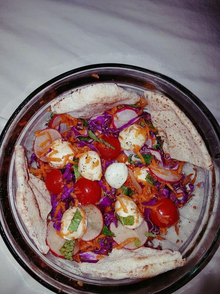fresh salad(ensalada fresca)  repollo morado, zanahoria, rabano, tomates cherry, mozarrella fresca, un poco de menta.   aceite de oliva, sal, pimienta y vinagre balsamico. chips de pita integrales. freca y rica.