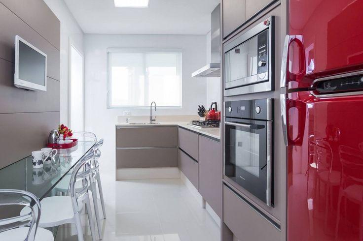 O acabamento da cozinha é em Lacca Vanilla que remete ao tom café com leite e que ornou muito bem com o vermelho da geladeira retro.