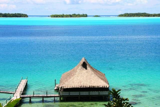 Entire home/apt in Bora Bora, French Polynesia. Sur l'île de Bora Bora, bungalow sur pilotis situé dans un endroit calme et résidentiel à 10 km de Vaitape et de ses commerces. Le fare est posé sur le plus beau lagon du monde passant du vert émeraude au bleu turquoise