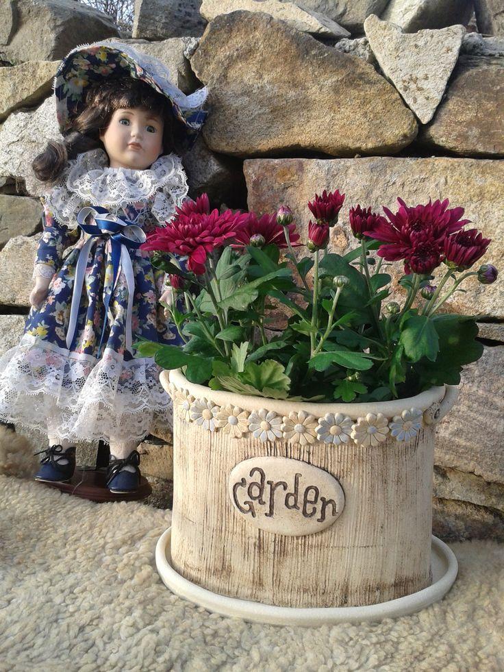 """Keramický Květináč """"Garden"""" Keramický,oválný,ručně dělaný,určen k přímému osázení,dírky pro odtok vody.Cca 20x15cm.Včetně podmisky."""