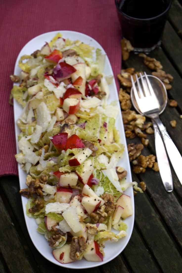 Winterlicher Wirsing-Salat mit gerösteten Walnüssen & Äpfeln / LadyLandrand