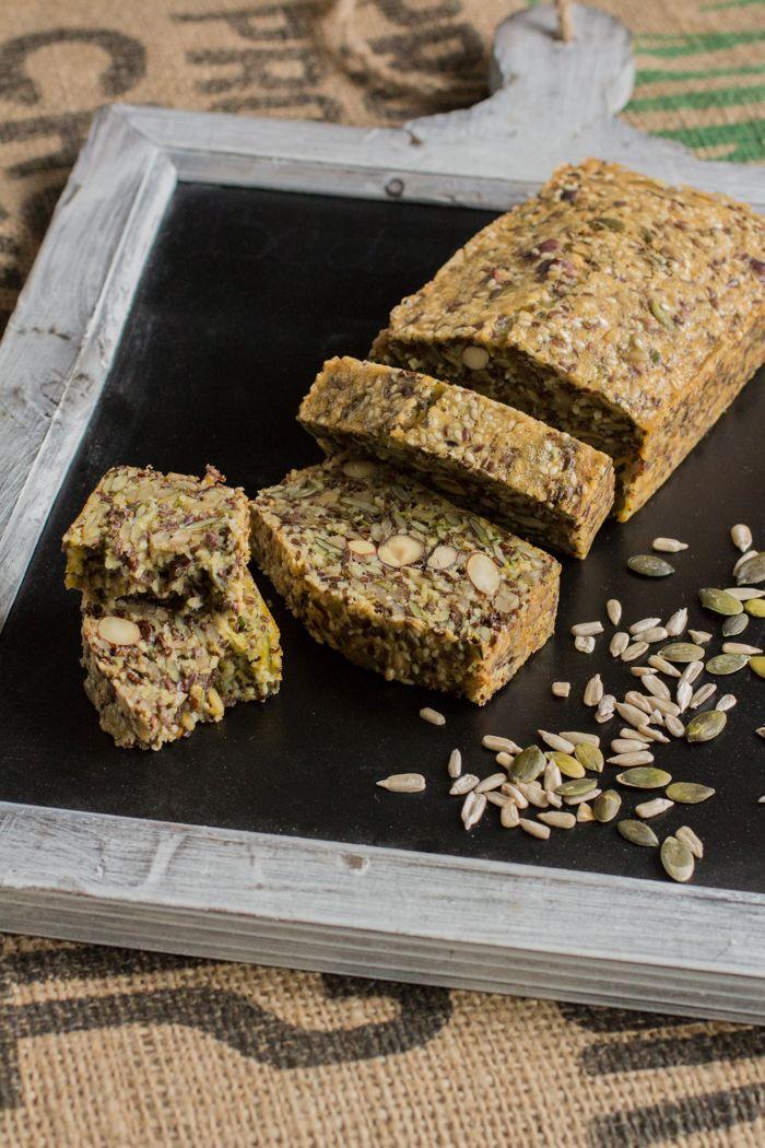 Knapperig Paleo zadenbrood, vol van smaak en erg voedzaam. Dit oerbrood is een ideale vervanger voor gewoon brood, maar dan gluten-, lactose- en suikervrij.