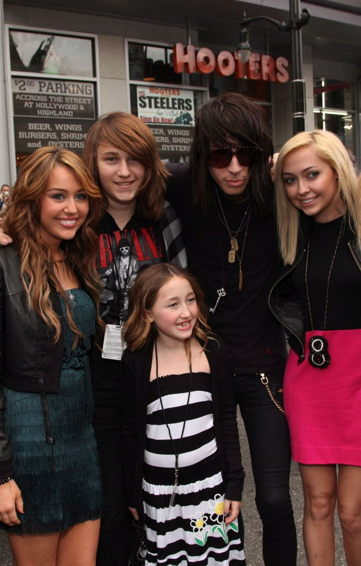 """Who knew Miley Cyrus has so many siblings! Here, the singer (left) poses for a family photo with her brothers Braison and Trace Cyrus and her sisters Brandi and Noah Cyrus at the """"Hannah Montana The Movie"""" premiere on April 2, 2009."""