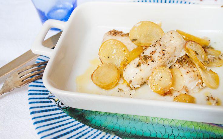Il nasello al forno è un secondo piatto di pesce aromatizzato con scalogno, aglio, limone e una manciata di semi di finocchio.