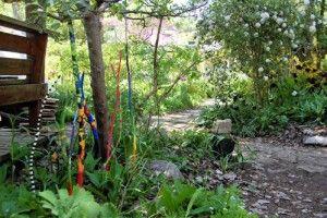 Staat vrolijk deze beschilderde takken tussen je groen in de tuin