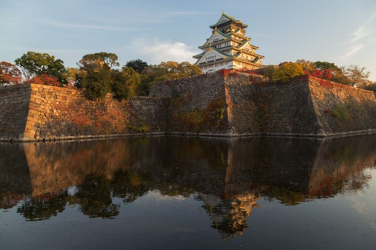 This photo was shot before sunset. The soft sunlight touch Osaka Castle makes it so beautiful.