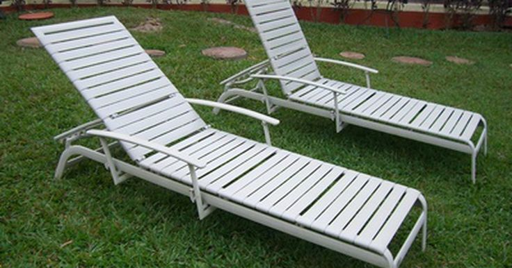 Como consertar cadeiras para quintal e piscina. Cadeiras de quintal e piscina feitas em vinil são muito confortáveis e relaxantes quando o clima está bom. Essas cadeiras são comumente deixadas sob a ação do clima, o que pode danificar as tiras, fazendo com que elas estiquem ou mesmo se arrebentem. É possível substituir as tiras danificadas e recuperar as cadeiras. As tiras são fixadas à cadeira ...
