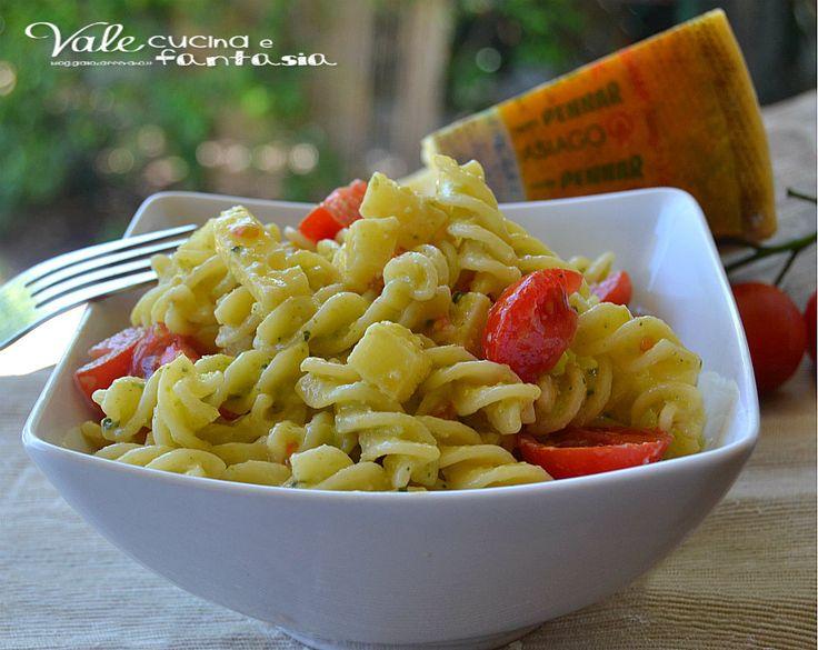 Pasta fredda con pesto di zucchine pomodorini e Asiago buonissima saporita ma leggera farla è molto facile e la possiamo preparare in anticipo