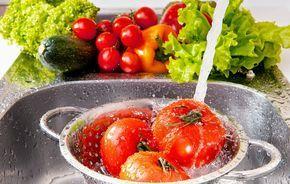 Hay diversas maneras de desinfectar frutas y hortalizas, y una de las más conocidas es mediante el uso de vinagre blanco o jugo de limón con agua, para