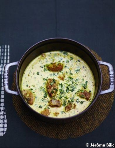 Recette Curry d'agneau : Faites revenir l'agneau dans une cocotte avec le fond de volaille et un peu d'huile d'olive jusqu'à ce qu'il soit doré. R...