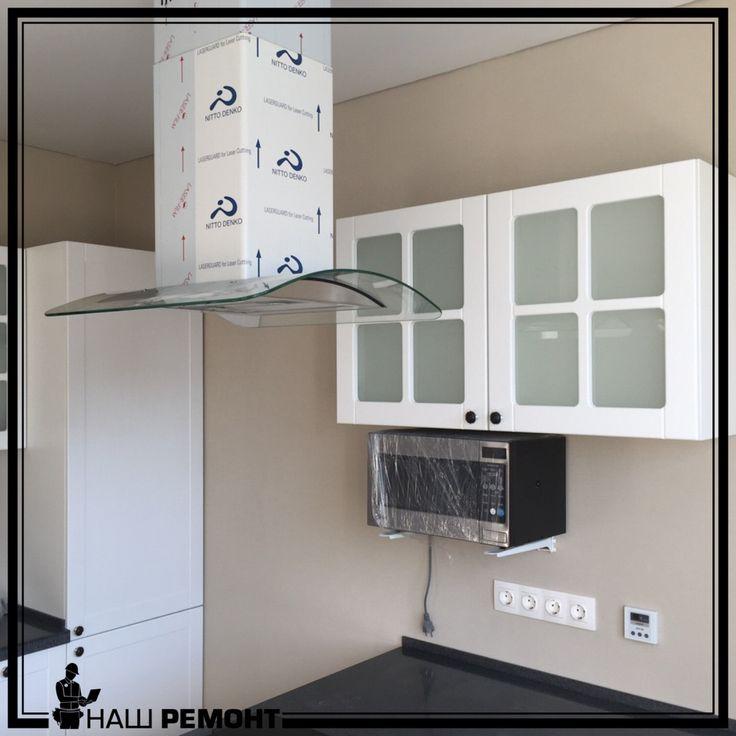 📝Кухня. Одно из важнейших помещений в любом доме. Именно здесь очень важна практичность и функциональность. Но при проектировании кухни дизайнером была допущена ошибка - дверцы верхнего шкафчика не открывались. Они упирались в вытяжку. Проблема именно в проектировании кухни, так вытяжка расположена над плитой, а плита по центру острова. Теперь дверцы шкафа под замену и дизайнеру придётся раскошелиться на дорогую фурнитуру, которая позволит открывать дверцы вверх а не в бок. Но даже это не…