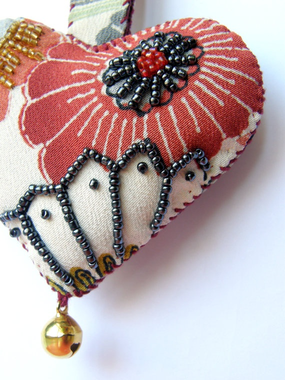 heart keychain embroidered with beads of di martacreazioni su Etsy,