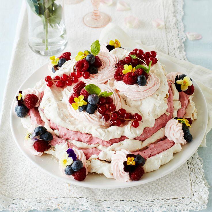 Jäädytetty vadelmamarenkikakku. Herkullisen näköinen kakku