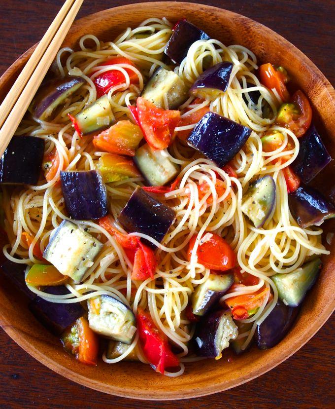 なすの吸収力に惚れ惚れする「なすとトマトの具だくさんペペロンチーノ」: 料理勉強家ヤスナリオのブログ  なすとトマトの具だくさんペペロンチーノ 材料:1人分 スパゲティ 100g なす 2本 トマト 1個 にんにく 1かけ 唐辛子 1本 オリーブオイル 大さじ2 塩 適量 こしょ...