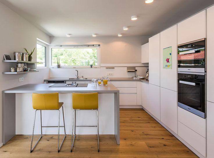 k che mit echtholzboden und herdblock mit barhockern. Black Bedroom Furniture Sets. Home Design Ideas