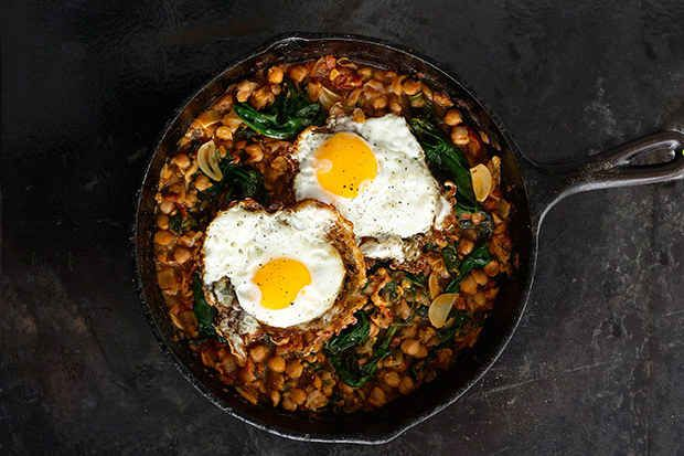 Spinach with Chickpeas and Sunny Side-Up Eggs: 34 clean eating recipes for spring