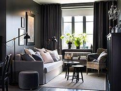 Salon aux murs et rideaux gris anthracite, canapé gris avec coussins ...