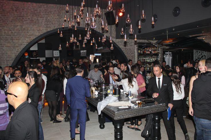 VOKAL, DJ VE ENSTRÜMANLI PARTİ-Ankara'nın en renkli partilerinin gerçekleştiği No4 Restaurant Bar Lounge , sezonun ilk partisinde konuklarını ağırladı. Dj Emre Eser ve Multienstrümantalist Onur Nar'a Mr. Voice'nin vokaliyle eşlik ettiği parti, Ankara sosyal yaşamının önde gelen isimlerinin katılımıyla gerçekleşti. Her ayın ilk Cuma gecesi düzenlenen No4 partileri, yaz sebebiyle verilen aranın ardından Kasım ayının ilk cuması sezon açılışı yaptı.