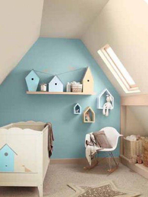 Leuke kinderkamer met (vogel)huisjes aan/tegen de muur
