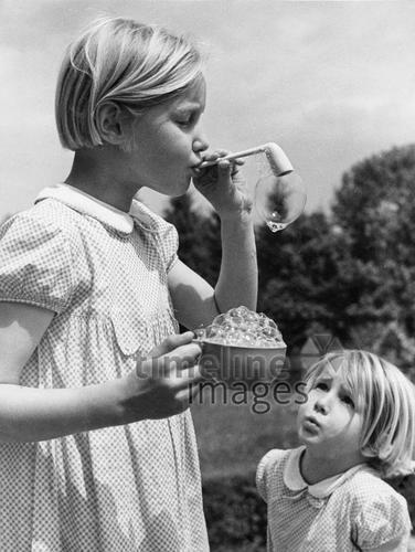 Kinder in ihrer Freizeit: Maedchen machen Seifenblasen ullstein bild - ullstein bild/Timeline Images #20er #30er #20s #30s #blackandwhite #black #white #schwarz #weiß #schwarzweiß #Fotografie #photography #historisch #historical #traditional #traditionell #retro #nostalgic #Nostalgie #blond #Haarschnitt #style #Haare #Mode #Kurzhaarschnitt #Mädchen #Seifenblasen #pusten