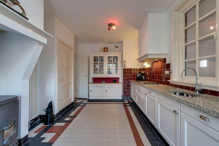 Jaren30woningen.nl | Keuken in jaren 30 stijl met karakteristieke tegelvloer