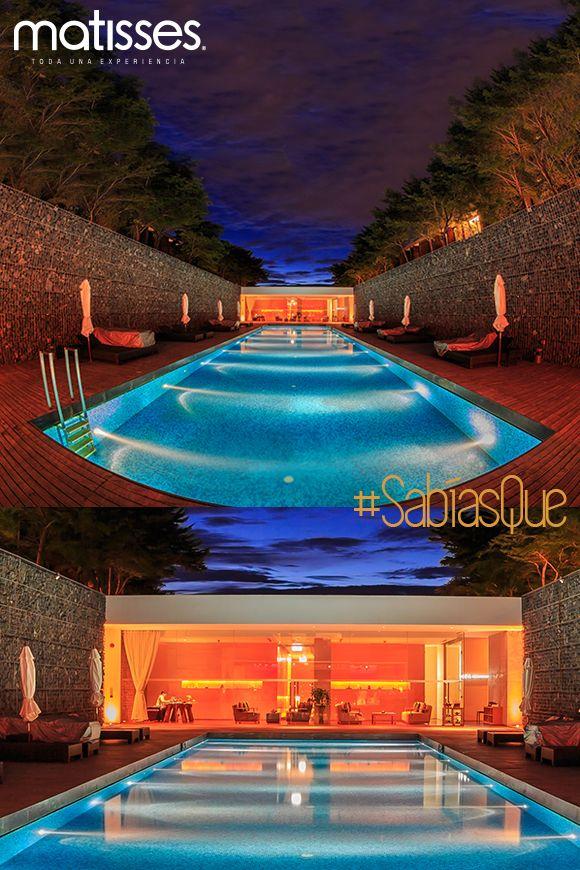 Hacer de la piscina un área llamativa en las noches es posible si se incluye dentro de la decoración la iluminación apropiada como candelabros o lámparas LED.