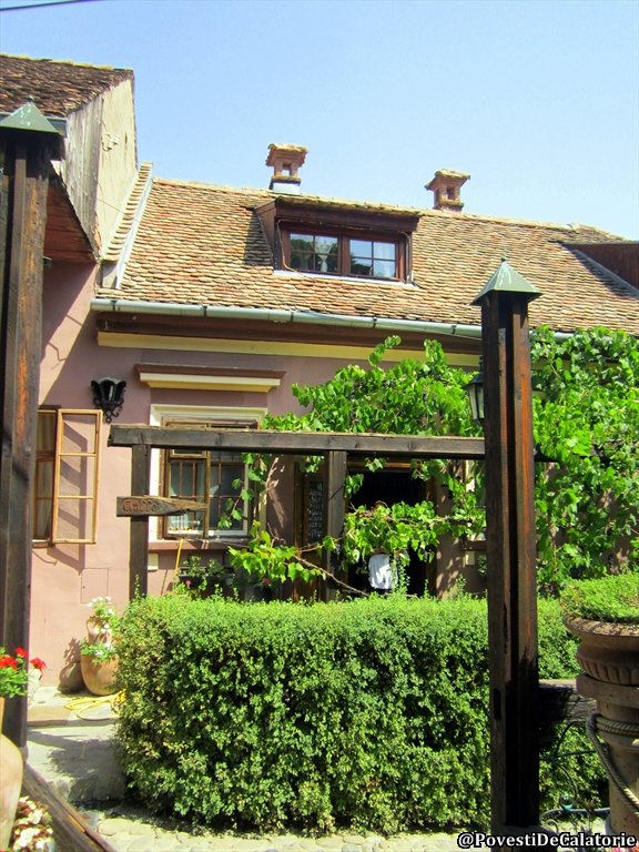 http://povestidecalatorie.ro/romantism-la-cafeneaua-casa-cositorarului-din-sighisoara/