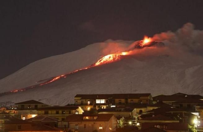 Catania, nuova spettacolare eruzione dell'Etna: colata lavica fra la neve - Tgcom24