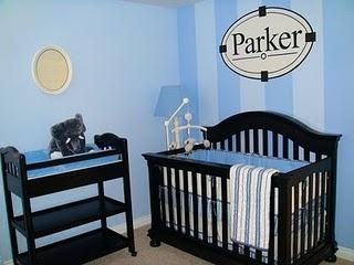 Una pared con rayas y la otra lisa, en un tono más claro de azul.