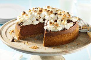 Reproduisez dans votre foyer l'atmosphère du feu de camp à n'importe quel moment de l'année en préparant ce superbe gâteau au fromage au chocolat crémeux fait d'une croûte de chapelure graham et de guimauves rôties. Vraiment délectable!