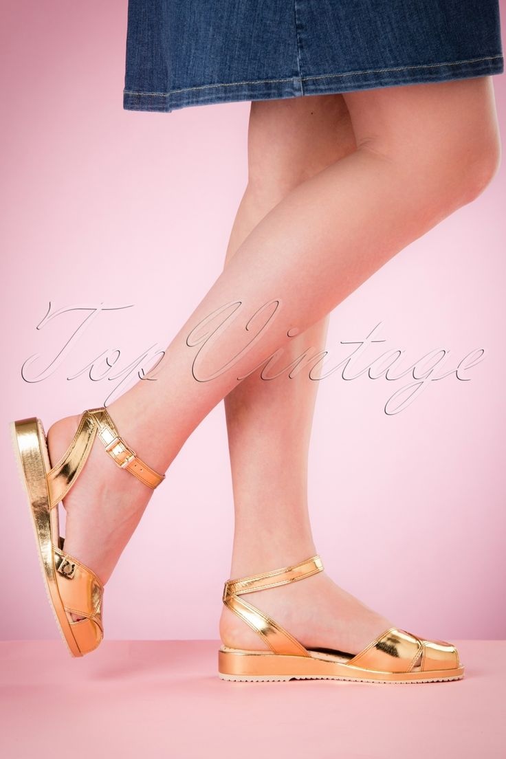 """Der Sommer kann kommen mit diesen 40s Harlow Sandals!Diese eyecatching Schätzchen sind hergestellt aus qualitativ hochwertigem Kunstleder in Gold mit Metallic-Schimmer. Kombiniere sie mit einem schönen Sommerkleid, süßen Shorts oder einer kessen Capri-Hose. Die """"go-to"""" Sandaletten für jede Gelegenheit!   Verstellbares Knöchelriemchen Goldfarbene Schnalle Peeptoe Komfortable Innensohle mit silberfarbenen Pindots"""