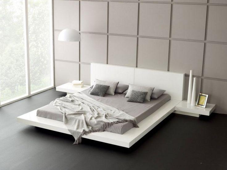lit flottant et panneaux muraux décoratifs dans la chambre blanche